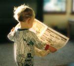 menino lendo jornal
